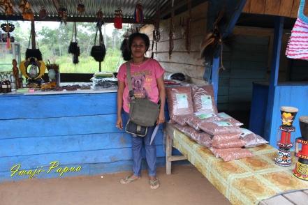 ibu lisa penjual souvenir