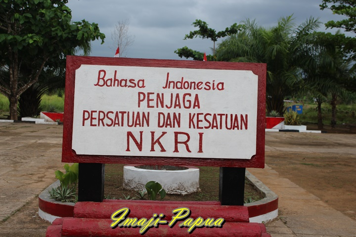 tugu di taman merah putih - perbatasan ri png sota