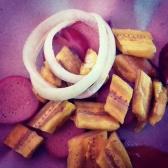 sosis PNG disajikan bersama pisang goreng