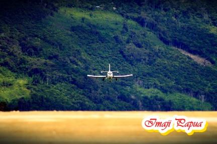 pesawat siap mendarat di bandara kobakma1