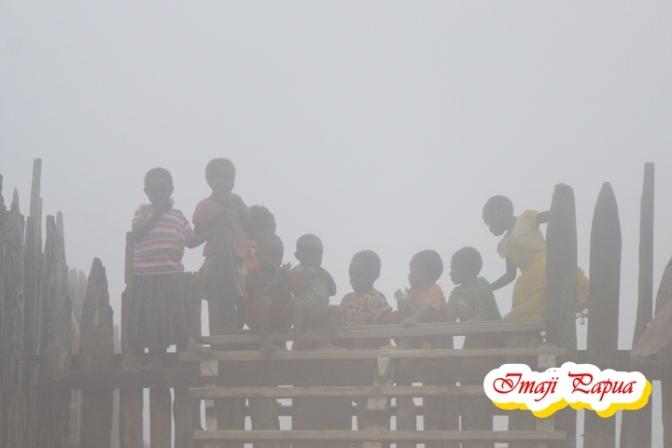 Jelajah Pedalaman Papua Bag. 3 – Menyapa Anak – Anak Kabut Kampung Modio di Mapia Tengah