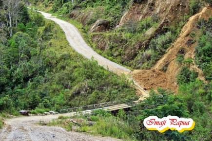 Jalan terjal dan curam dan terkadang mobil harus melewati longsoran yang menimpa badan jalan