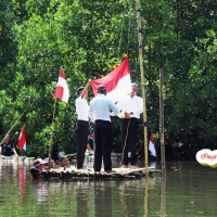 [Foto] 17-an di Hutan Bakau Jayapura, Upacara di atas Air. Keren!