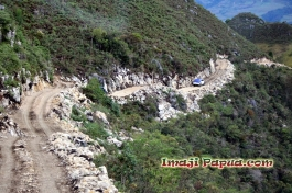 Jalan yang sangat terjal harus dilalui menuju perbatasan Wamena - Yahukimo