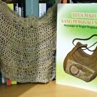 [Review Buku] Titus PekeI Sang Penggali Noken; Perjuangan di Tengah Pengakuan dunia